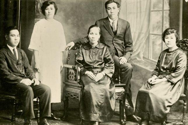Formal portrait of the Sym Choon family